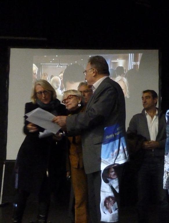 Jean Rouger, maire sortant (bientôt) proclame les résultats, ainsi le citoyen Machon est élu à la candidature de maire de Saintes, quant à Isabelle Pichard-Chauché (non aperçue dans la salle.. dommage) elle siégera à la mairie dans l'opposition, représentant malgré-tout une partie de la population.
