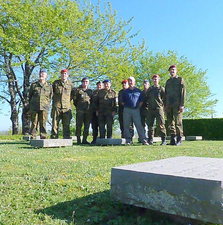 """Pendant quinze jours ces militaires (hébergés sur la B.A 722 - Paban) sont intervenus sur les pierres tombales de soldats allemands inhumés dans l cimetière militaire national allemand. Ils ont nettoyé la base de ces lourds blocs de pierre, provenant des Flandres, puis ils ont aussi repeint les lettres des inscriptions. Ils ont ainsi travaillé sur le bloc 3, face à l'esplanade d'honneur. Comme le précise Alain Massard, gardien et homme d'entretien du cimetière depuis 6 ans.... """" Il y a de nombreux cimetières de soldats Allemands en France, mais ici à Berneuil ce sont des sépultures qui sortent de l'ordinaire de par leur conception """". (A savoir aussi qu'il y a quatre corps par pierre tombale)."""