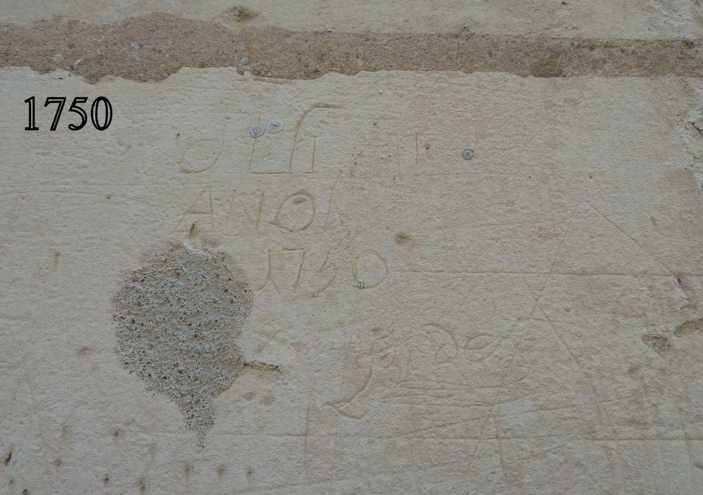 """Toujours à Chambord, rencontre au hasard des étages avec la fameuse Salamandre, un petit ange, peut-être gardien de certains secrets, d'histoire ou d'alcôves, puis la gendarmerie à cheval, avec deux gendarmette et de belles queues de """" cheval """", enfin  cet équipage de militaires préfigure peut-être la """" Police municipale montée """" de Saintes."""