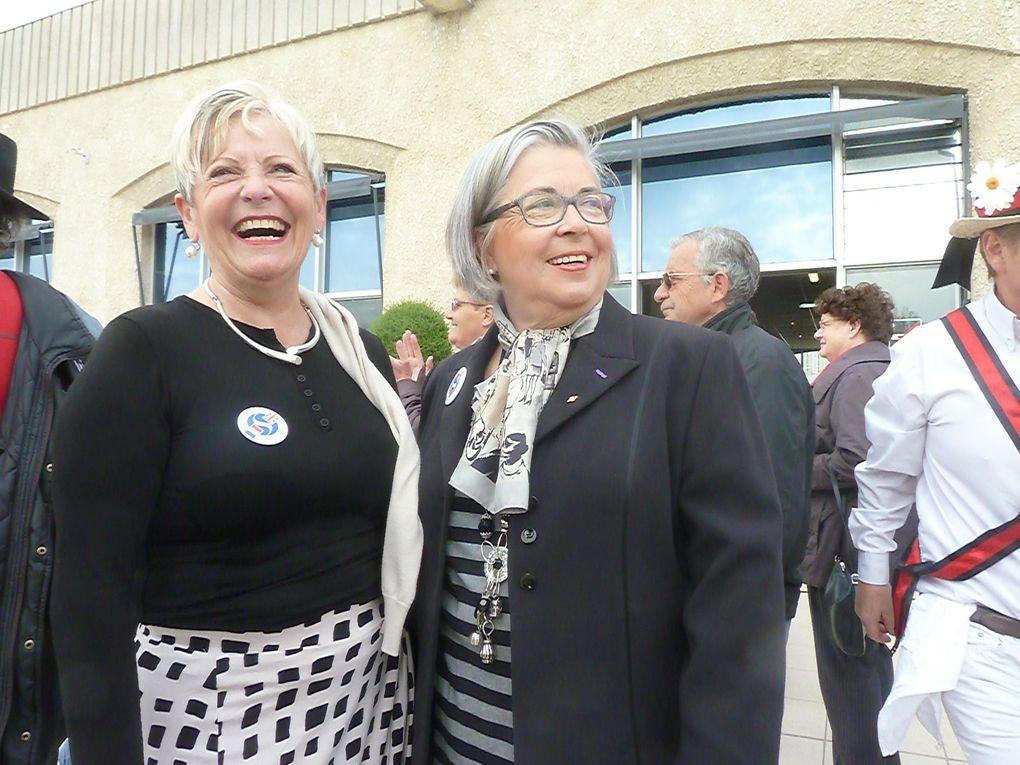 """Il s'en passe des choses autour de la Charente. Nos deux élues municipales semblent euphorisées, par les danseurs ou peut-être par leur patch, pardon leur badge du jumelage. On reconnaît sur la terrasse le groupe folklorique """" Aunis & Saintonge """".. à quelques-pas des danseurs de Salisbury. tel ce hors-bord il n'y a qu'une étendue d'eau à traverser pour se retrouver chez nos amis anglais.....  Pour Xanten (représentants absents sur la photo) c'est plutôt vers l'est."""