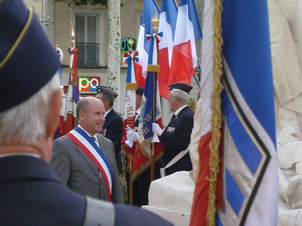 Devant le monument aux morts, après la cérémonie le nouveau colonel commandant l'EETAA 722, remercie les porte-drapeaux, suivant en cela Monsieur le Maire de Saintes. Aucun Saintais, outre les corps constitués et divers représentants, n'a assisté à cette manifestation.