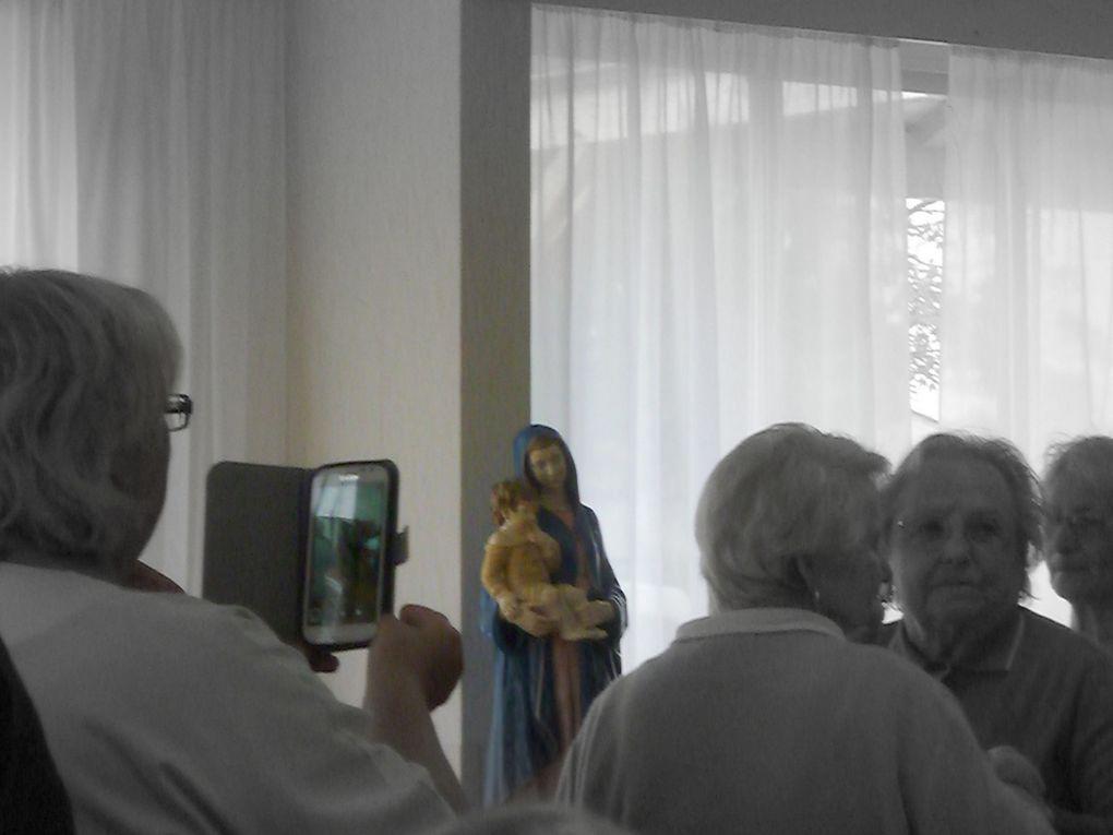 """A """" Ma maison """", maison de retraite des petites sœurs des pauvres de Saintes, plusieurs structures de maisons de retraite (de vie) de Saintes et périphérie s'étaient réunis. En cette belle semaine qui leur rend hommage, ce fut sur de beaux airs des chansons françaises que beaucoup de résidents et d'invités se sont animés, guidés par les religieuses et les diverses animatrices. La mairie de Saintes était représentée par Danièle Comby (déléguée aux affaires sociales)  à l'accordéon on retrouvait, comme toujours dans ce genre d'animation, Monsieur Roure."""
