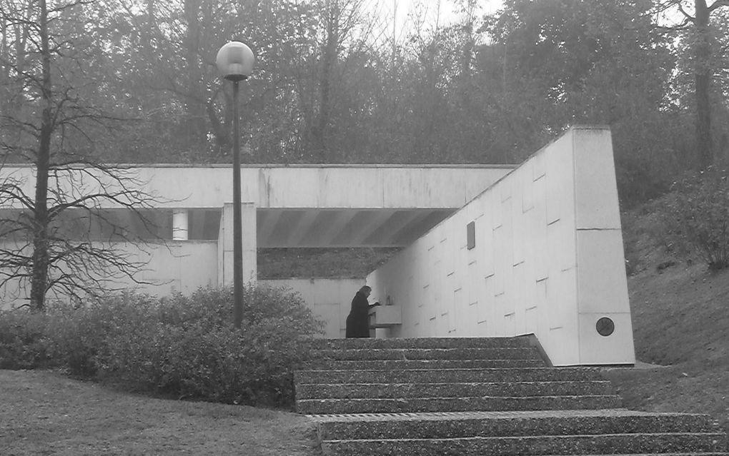 Avec nos amis allemands, adversaires de la dernière...... Berneuil, jour des morts allemands. Cimetière militaire avec plus de 9000 corps... HOMMAGE ET APPEL VERS LA PAIX (remarque: Aucun militaire, astérie photo *, sur le site de la cérémonie et tous les drapeaux en berne). quittons Monsieur le Consul d'Allemagne, en poste à Bordeaux, Wilfried Krug, pour nous rendre aux marches du palais de justice de Saintes. Sachez aussi que ce dimanche soir à 18 h 30 l'église St Pallais a sonné le glas......