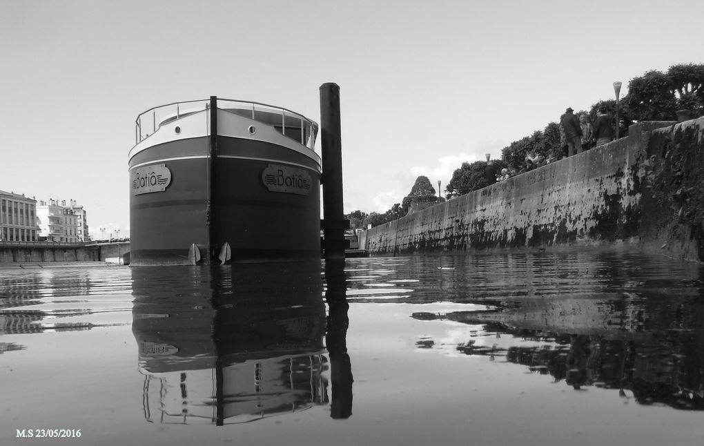 """Détail technique: Il a fallu surcharger cette structure flottante pour lui permettre de passer sous les ouvrages d'art construits sur notre fleuve.  A suivre....... et découverte des restaurateurs et des """" locaux """" c'est pour bientôt."""