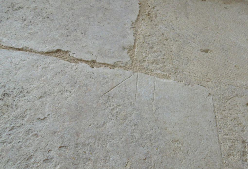 Ces marques ne sont pas spécifiques sur les églises de Saintes, par contre on en retrouve une à St Pierre et une à l'abbaye aux Dames..