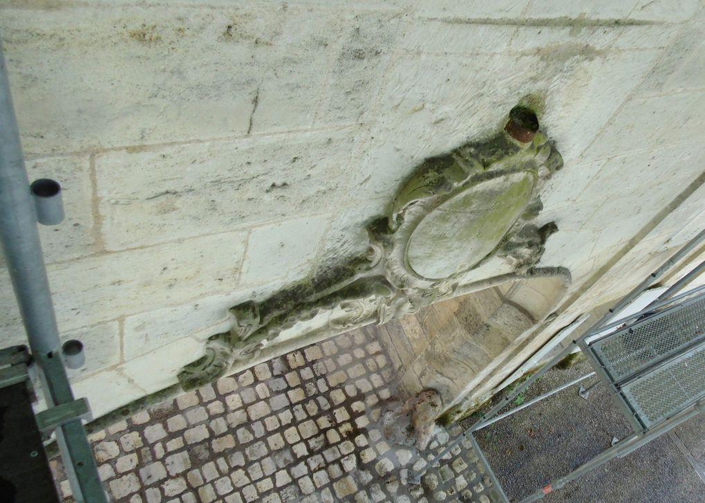 Alors que des travaux de couverture avaient lieu sur le porche ouvrant sur le magnifique site de l'abbaye aux Dames, ce fut l'occasion de prendre des photos inédites, mais malheureusement les arbres très feuillus ont perturbé le regard.. dommage, mais on verra en automne...  Il faut remarquer le support fixé sur le médaillon ornant le fronton du porche. En effet avant la période de l'occupation allemande (22 juin 1940) ces lieux étaient une caserne militaire et ce support servait à y maintenir le drapeau tricolore.