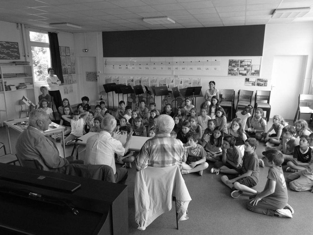 """Sous l'égide du """" Souvenir Français """" deux anciens combattants (A.F.N) et Christian Barbe (S-F) sont intervenus à l'école Léo Lagrange pour aborder avec les jeunes des CM 1 et CM 2 la période tragique de 39/45. Ils étaient aidé en cela par Michel Souris (Auteur de ce Blog) spécialiste de la guerre 39/45. le jeune auditoire a été très attentif et surtout de nombreuses questions ont été posées, avec réponses cela va de soi. Puis les élèves ont pu toucher des objets / éléments témoins, authentiques de la guerre 39/45. De la Normandie à Nieul les Saintes en passant par un éclat de bombe qui a volé dans le ciel saintais. A cette occasion nous avons appris que la directrice qui nous avait accueilli, Madame Perdeau, prenait sa retraite à la fin de ce mois, en partant elle nous présentait aussi son remplaçant Monsieur Claveau. Bienvenue à Monsieur le nouveau directeur et bonne retraite Madame la directrice....."""