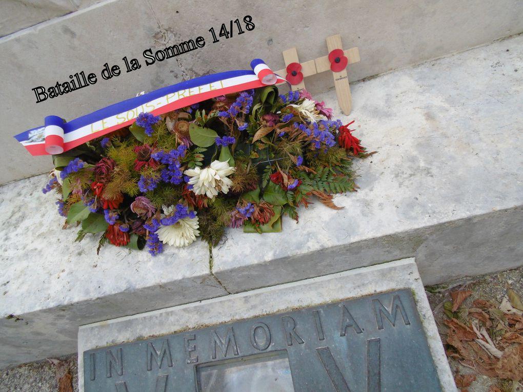 La gerbe a été déposée sur le monument aux morts pour la France à Saintes. Les petites croix et fleurs rouges ont été déposées par des ressortissants anglais, voir franco/anglais.