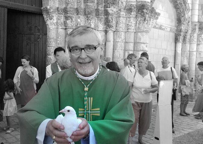 """Entre les festivaliers et les fidèles.. souvent de la même famille culturelle, on se partage le site de l'abbaye aux Dames. Le père évêque Georges Colomb offre la colombe de la paix. Souhaitons qu'elle nous apporte une """" portée """" de choix.  Puis en passant sur le cours national, devant la libraire """" Peirot-Caillaud """" une étrange affiche... serait-il question de ... l'EuroExit..... avec la """" Beuneze """".. monnaie locale.... !"""