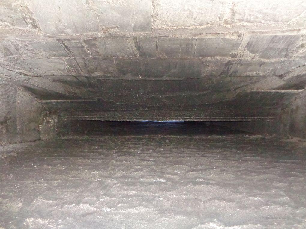 Savez-vous qu'autrefois des trous existaient sur le côté intérieur de ces conduits et qu'on y cachait de l'argent ou autre petit trésor. Puis aussi sur le parement intérieur de la pierre principal on y trouvait des inscriptions. A propos d'inscriptions, voici des signes lapidaires......