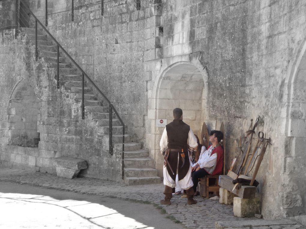 Nous remercions Ancré Rousselot, fils du restaurateur, et son équipe, qui de temps en temps lui font du......Monseigneur...... pour le bel accueil et bien sûr avant de quitter la commune, via son château fort, un petit passage à l'église. Que penserez Denise d'Angles, épouse de feu son époux, Guillaume de Lusignan, de cette gente damoiselle qui nous invite à croquer la pomme.....