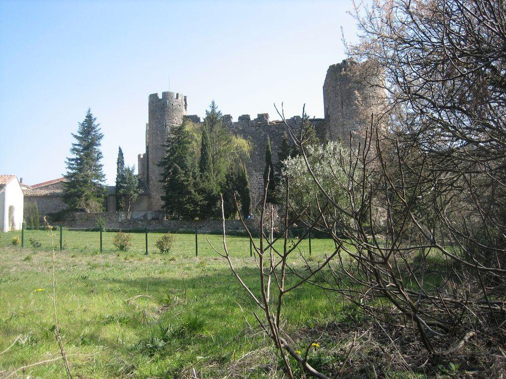 Une chapelle, un ruisseau, des rues, le château.