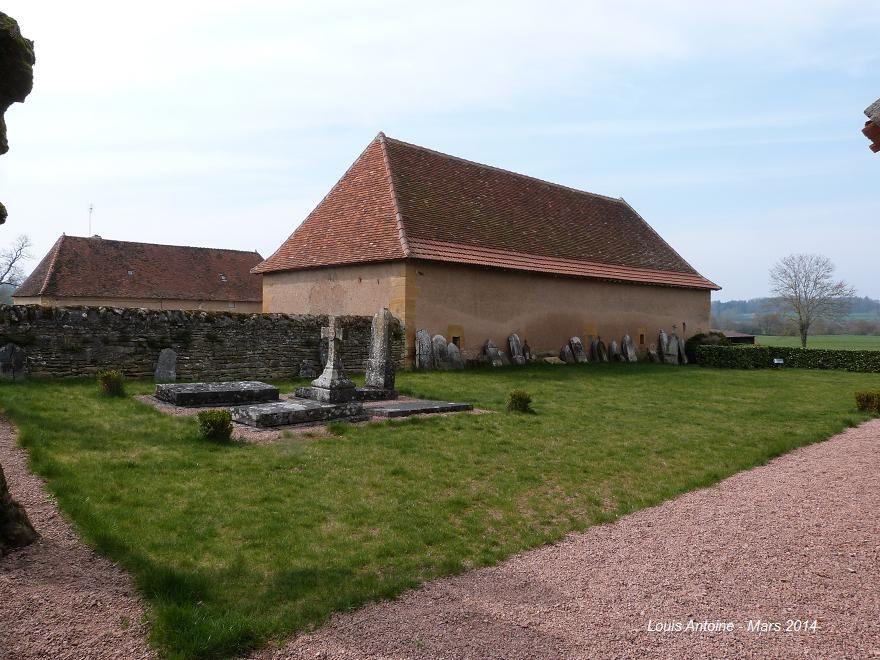 Chapelle romane du XIIe siècle à proximité de Charolles et son cimetière désaffecté.