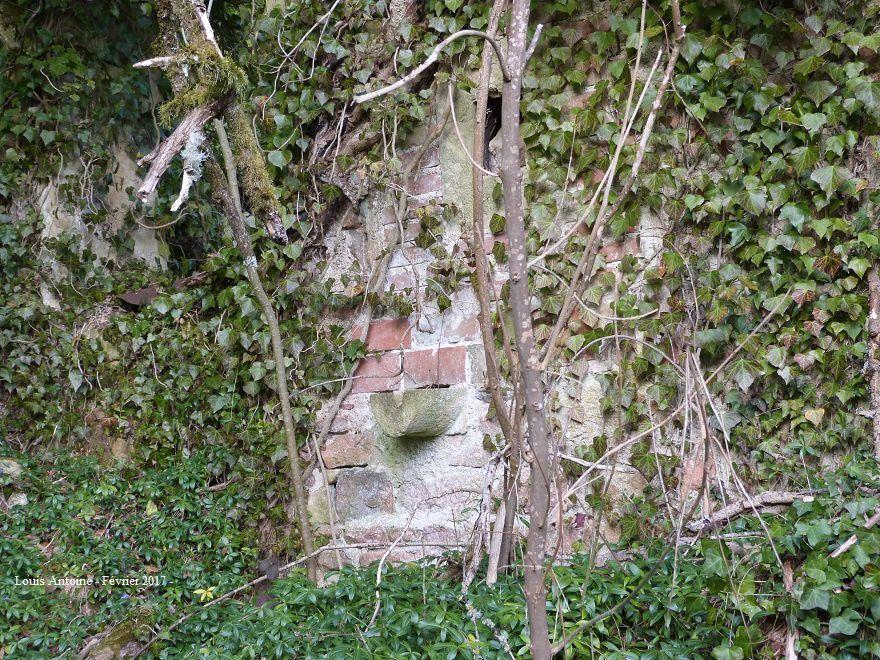 Au pied de la chapelle, dans le taillis, une ruine de maison avec son puits et l'évacuation de la pierre d'évier.