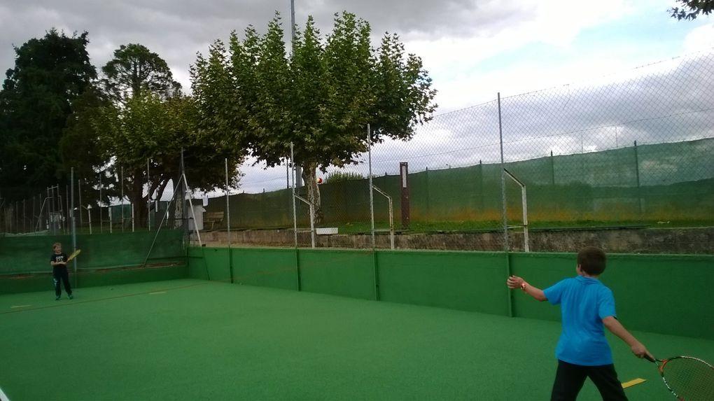 Jeux et matchs: les CE1 au Tennis Club livradais