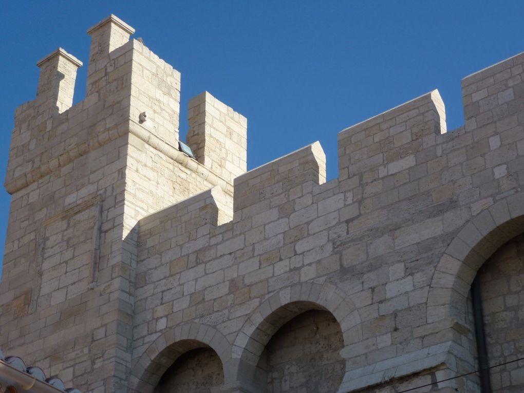 La porte ouest et les différentes vues des murs fortifiés de l'église...