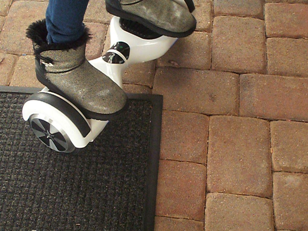 Le petit voisin de mes beaux-parents m'a fait une démonstration de son nouveau drone et une jeune fille à l'hôtel me présentait sa planche à roulettes électrifiée.