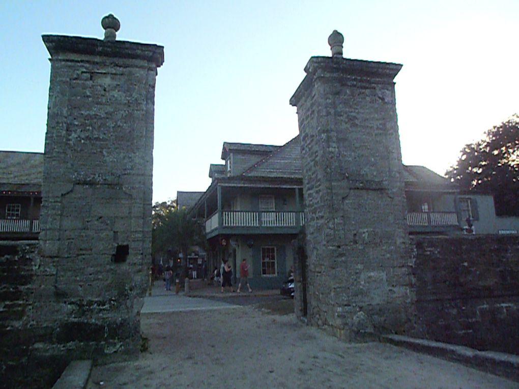Il y bâtit très rapidement un château et une ville fortifiée car la concurrence faisait rage pour occuper le territoire entre espagnols, anglais et français !