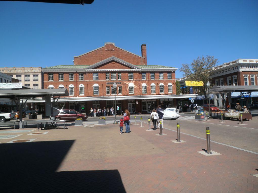 Comme dans beaucoup de villes du monde, le marché couvert de Roanoke ne remplit plus son office. J'ai pu constater avec plaisir que le bâtiment, qui en vaut le coup, subsiste. Donnant sur l'intérieur et l'extérieur, des restaurants attendent le chaland dans un cadre fort agréable.