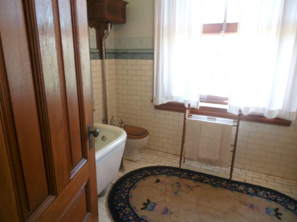 Passés la porte d'entrée, nous découvrons un intérieur fort décoré et équipé des dernières techniques de l'époque.