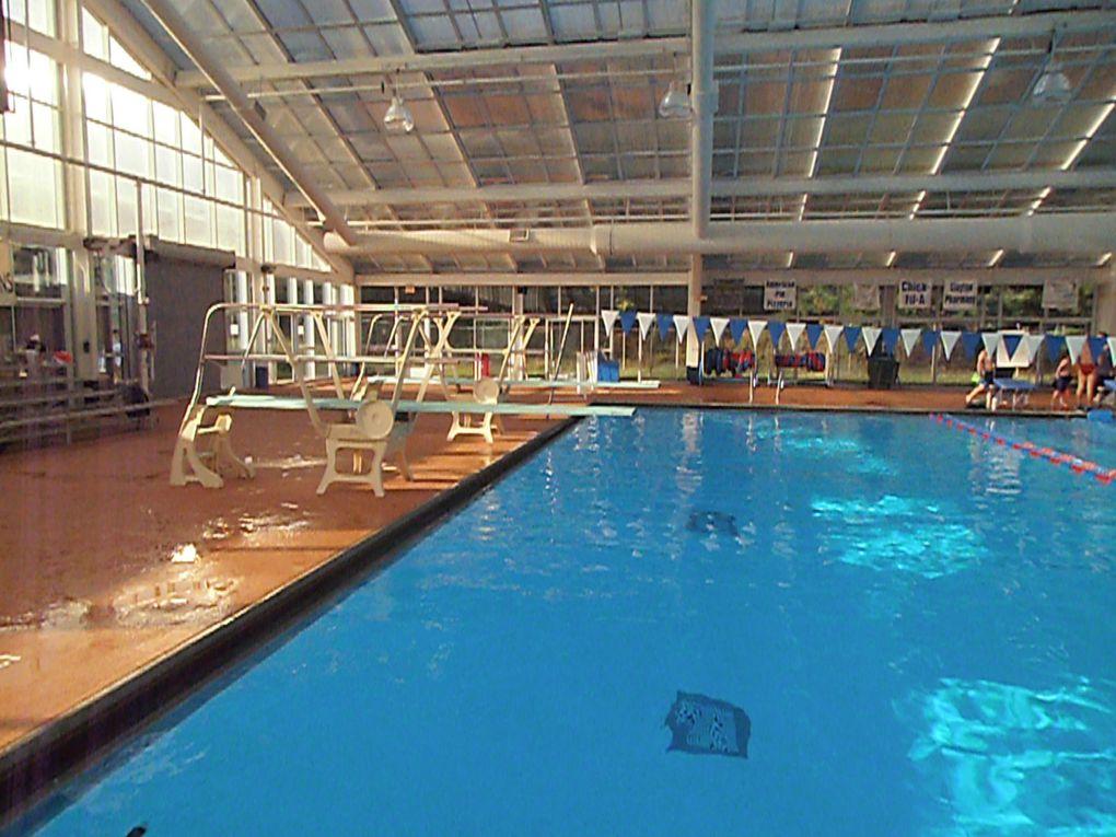 Le complexe sportif autour de la piscine s'est vu doté d'équipements spacieux et fonctionnels : des vestiaires avec des casiers (très rare ici...), une salle de musculation pour les nageurs (ouverte à tous cependant) et des plongeoirs.