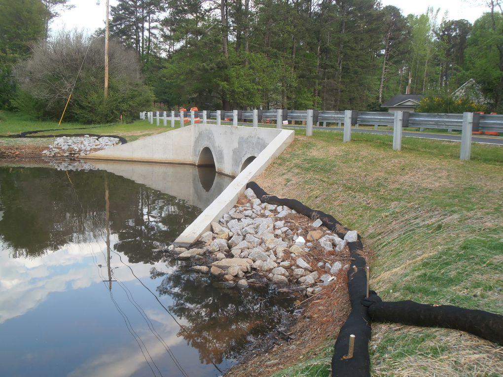 En sus de la réfection du déversoir du lac, l'arrivée d'un petit cours d'eau a été complètement refaite. La sècheresse a quelques avantages...