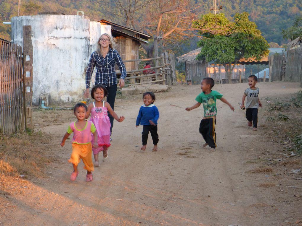 Arrivée au village de Ban Ae La. Nous sommes surpris par le nombre d'enfants , peu sont scolarisés car l'école est loin, personne n'a de véhicule. Nous  logeons chez des villageois, dans une case en bambou sur pilotis en