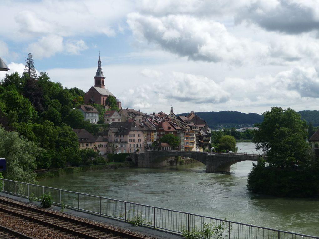 A cheval sur le Rhin, Laufenburg Baden côté Allemagne, Laufenburg côté Suisse.