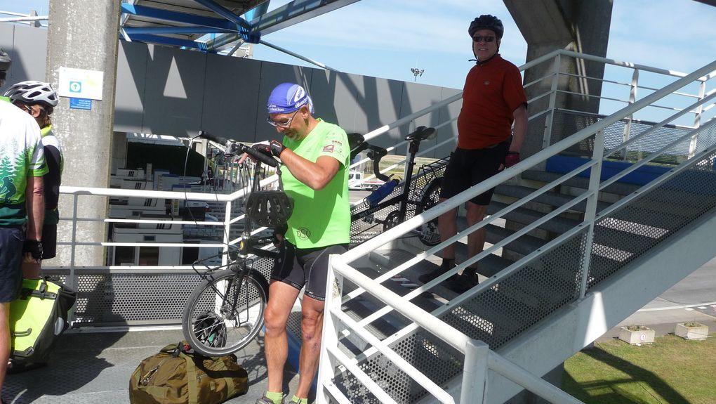 Le pont est passé, les pistes cyclables sont bien Françaises, pas indiquées, barrées........ Donc il faut faire du tout terrain pour en sortir ! ! !