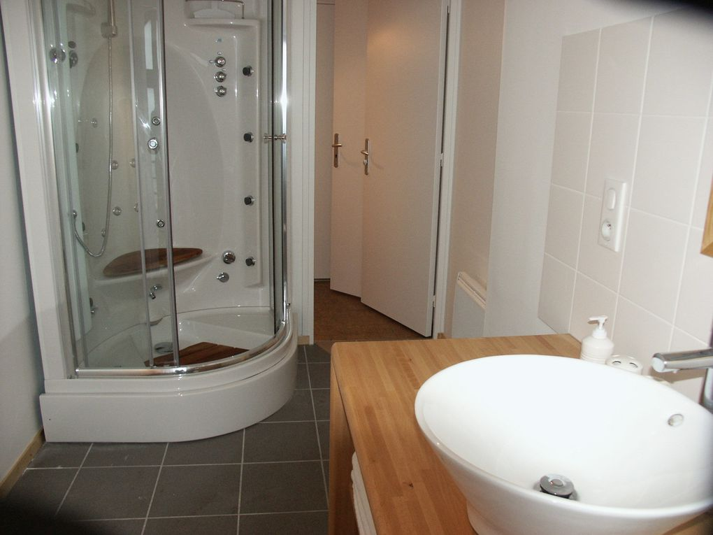 des salles de bains personnalisées ... Each bedroom has its own private bathroom