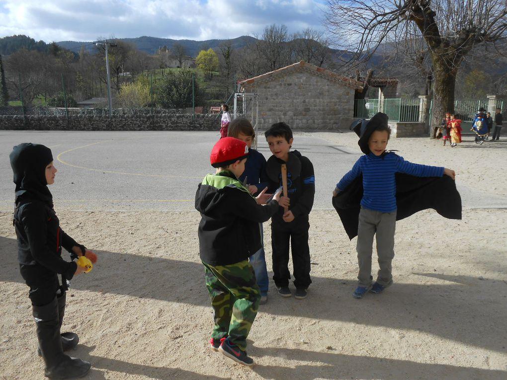 Dans la cour de l'école élémentaire, se mêlent des déguisements bariolés