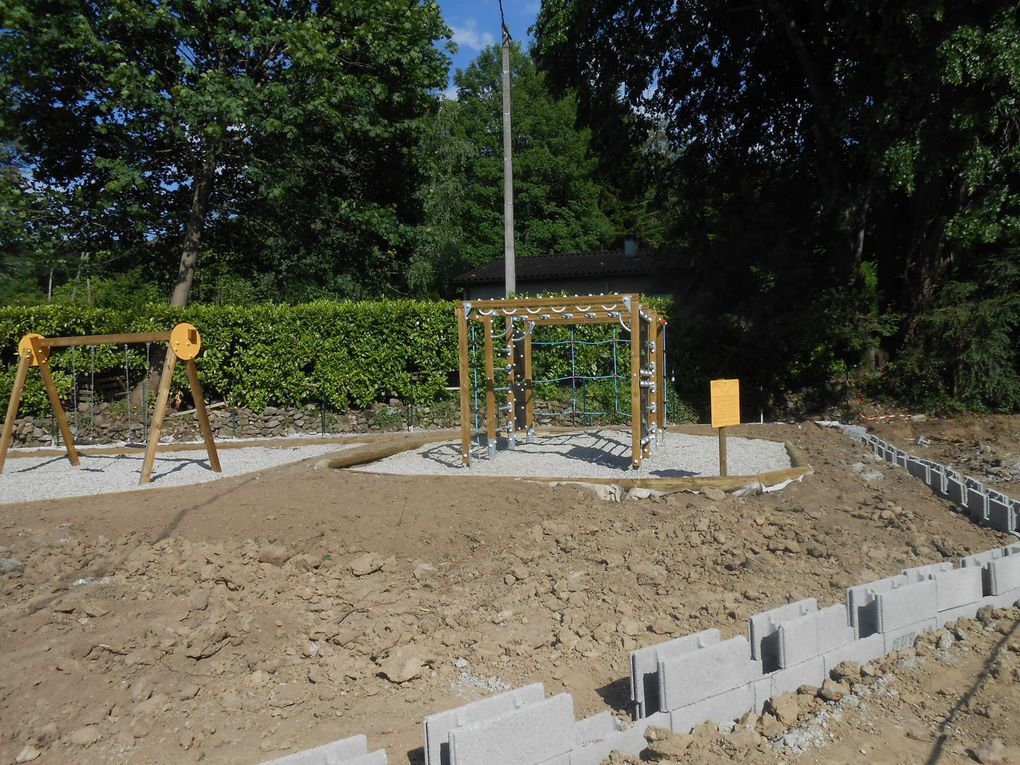 Construction du muret, pose des rondi,s de bois retenant le gravier et rajout de terre