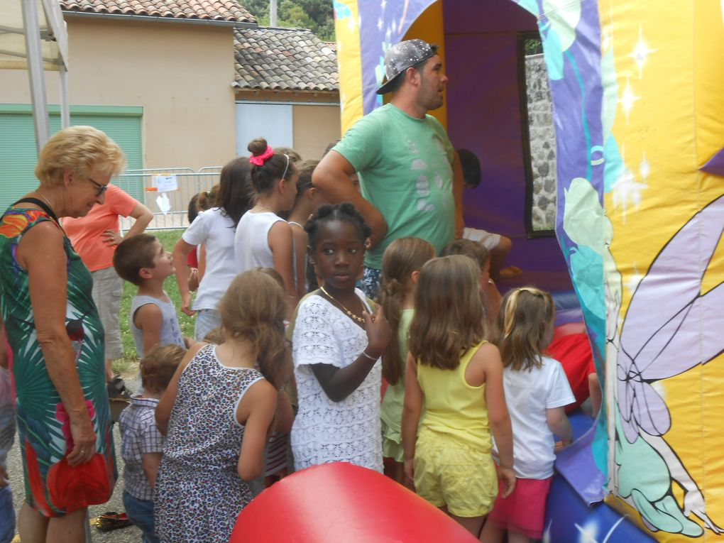 La queue pour entrer dans le château gonflable