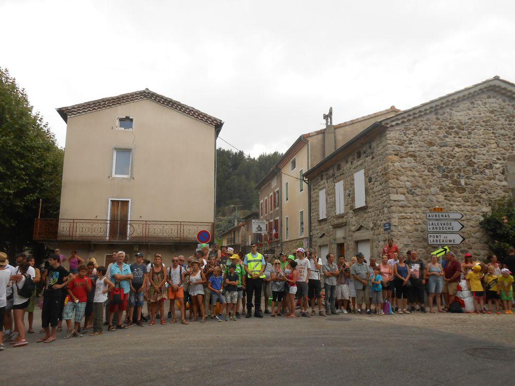 Les spectateurs massés sur les deux bords de la route, dans la traversée de Jaujac