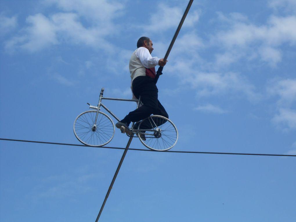 Le funambule à vélo au milieu des nuages