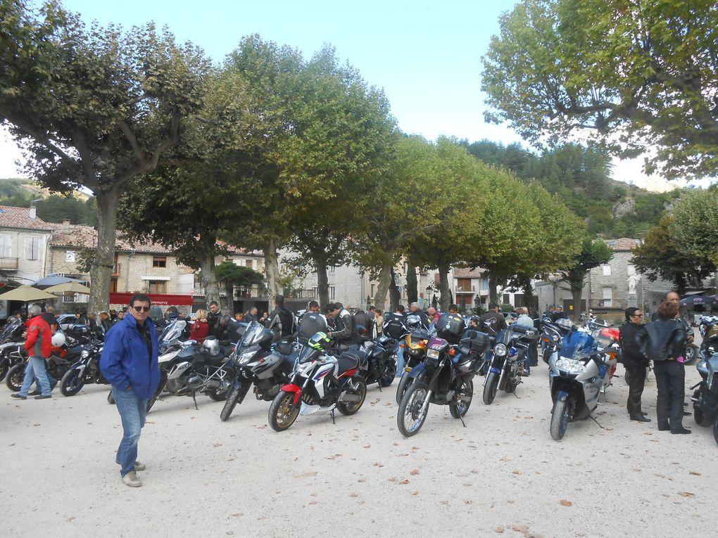 Rassemblement de motos sur la place du Champ de Mars