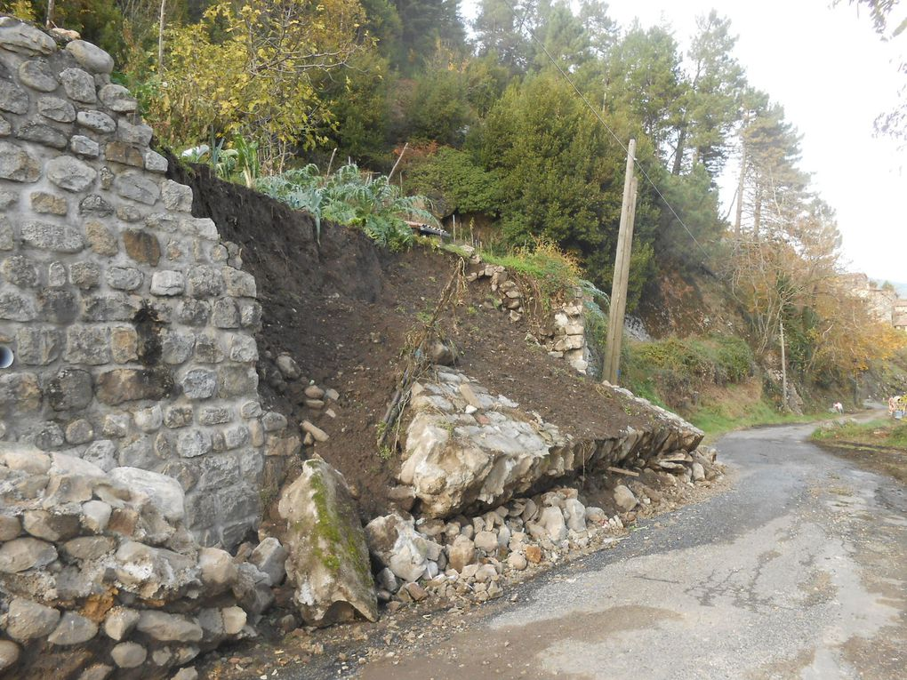 Le mur dernièrement effondré : les services municipaux ont repoussé sur le bord de la route les pierres et pans de mur afin de rétablir la circulation