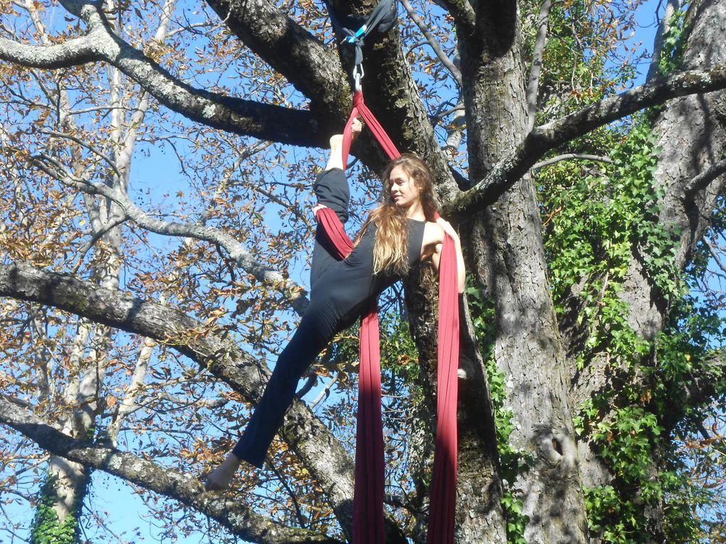 Marie l'acrobate dans son tissu aérien