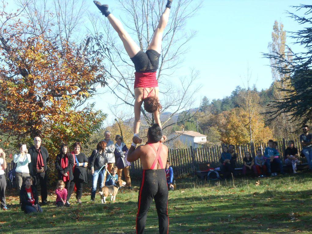 Duo d'acrobates dans un numéro de portés