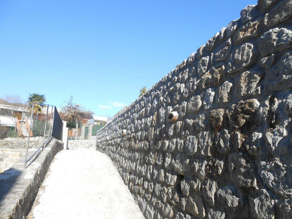 Le mur terminé, vu par en haut (depuis la place) et par dessous (dans le chemin)