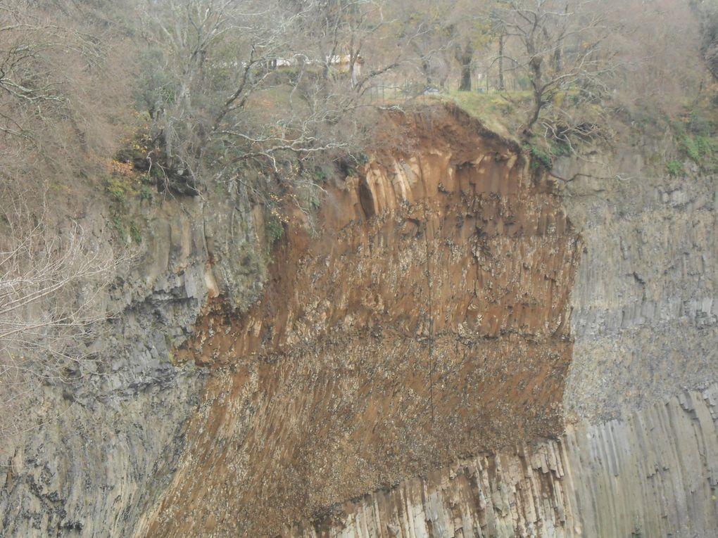 La falaise rabotée et le conglomérat dans le lit du Lignon