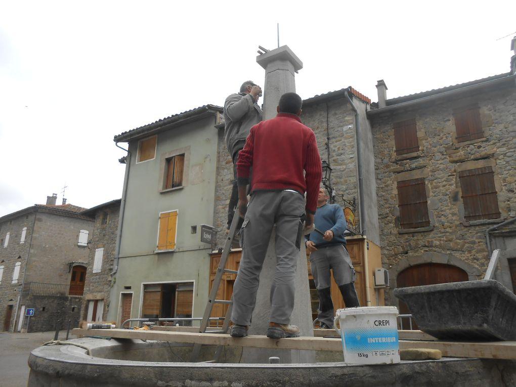 La mise en place de la nouvelle colonne par les artisans,tandis que le nouveau saint Bonnet attend son tour