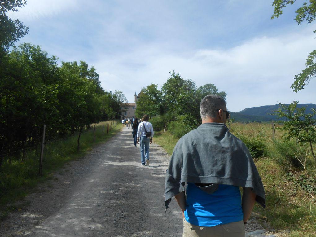 """A peine 10 heures et les premiers visiteurs montent vers Rochemure. Le chemin est jalonné des paroles d'éleveurs de moutons ardéchois, collectées pour l'exposition """"Eleveurs et moutons, toute une histoire..."""", visible cet été à la Maison du Parc"""