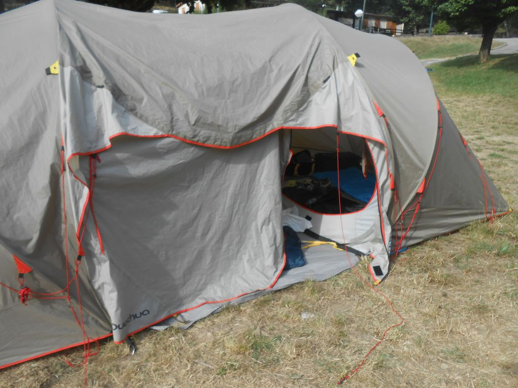 Le camp aménagé dans le pré en contrebas des bâtiments