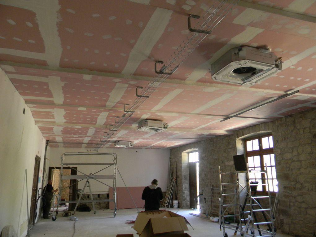 Après la réalisation du plafond coupe-feu qui incorpore l'isolation, les cassettes de chauffage sont posées ainsi que les divers réseaux