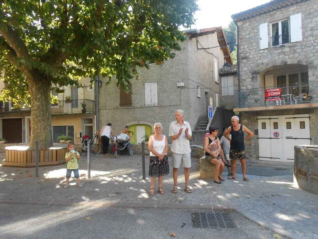 Les spectateurs dans la traversée du village