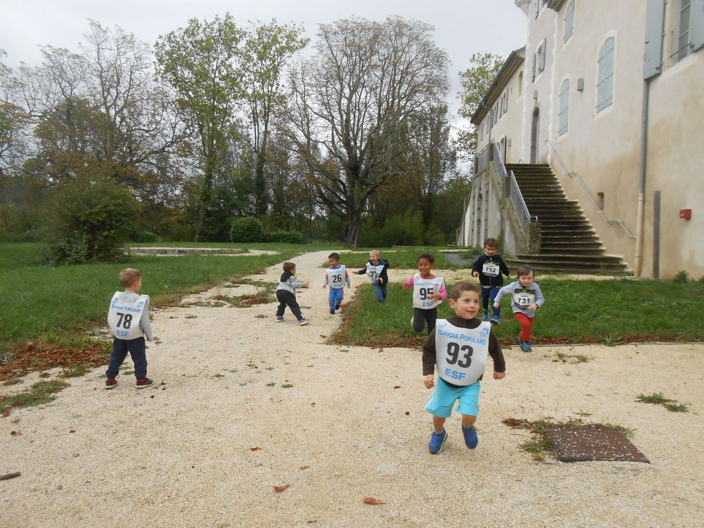Il faut regrouper les petits de la maternelle près de la ligne de départ: pas si simple! Il y a les sages et les excités...