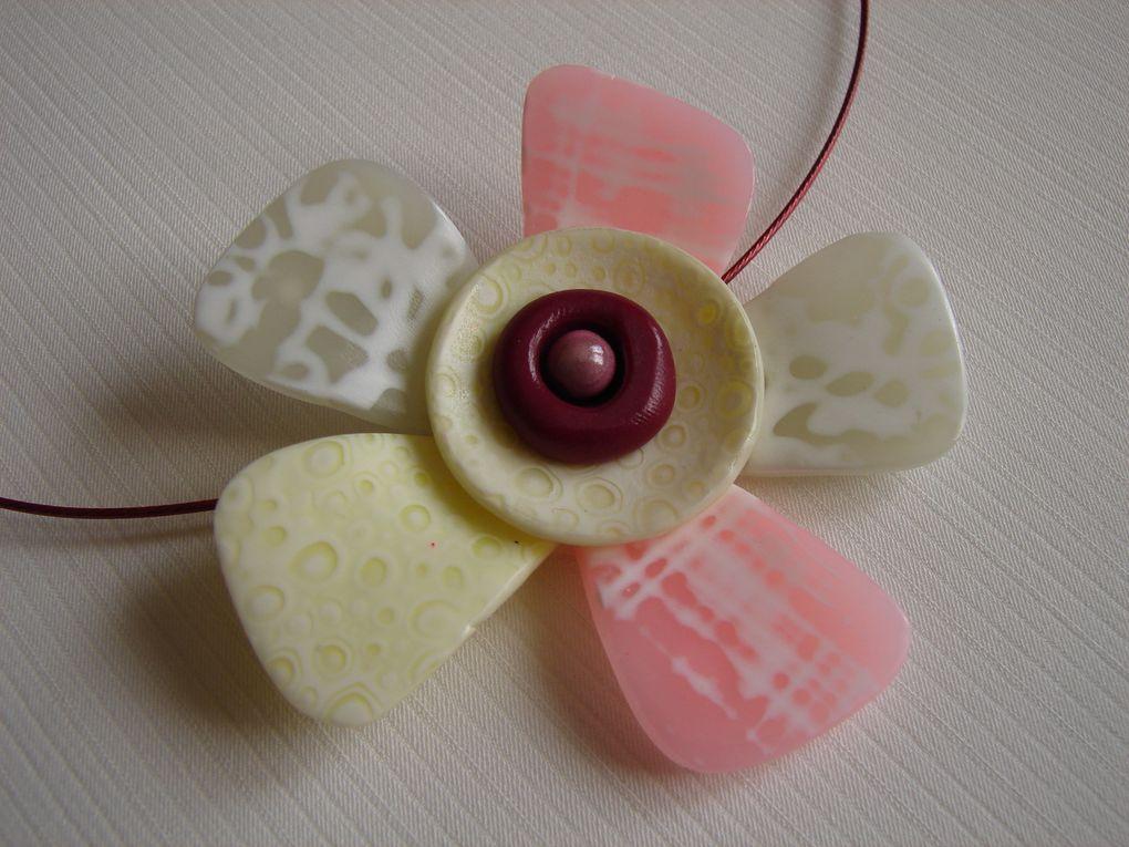 Un collier fleur que j'ai fait après le stage avec Hélène Jeanclaude, une paire de B.O et un collier assorti avec les empreintes bulles.