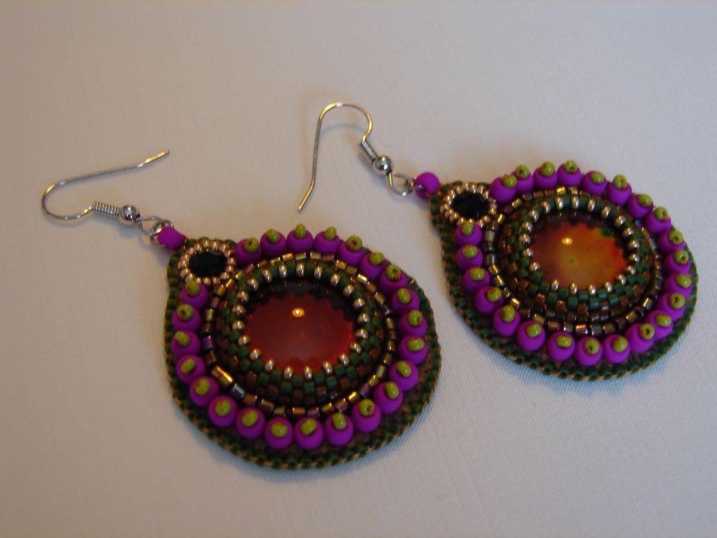 Je prépare le marché de Noël qui aura lieu le 3 décembre 2017 à Castelculier dans le 47. Voici donc deux paires de B.O. brodées en perles Miyuki autour d'un cabochon qui change de couleur au contact.