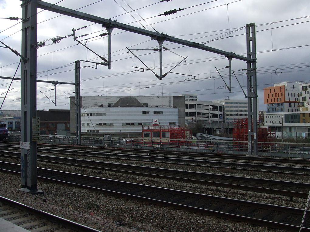 Triangle Eole-Evangile : site actuel vu du pont de l'Evangile et de la gare Rosa Parks (photos ASA PNE) - Visuel du projet présenté par l'équipe d'urbanistes lauréate TVK et associés